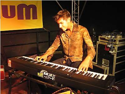 Dennis Koeckstadt setzt an Klavier und Orgel